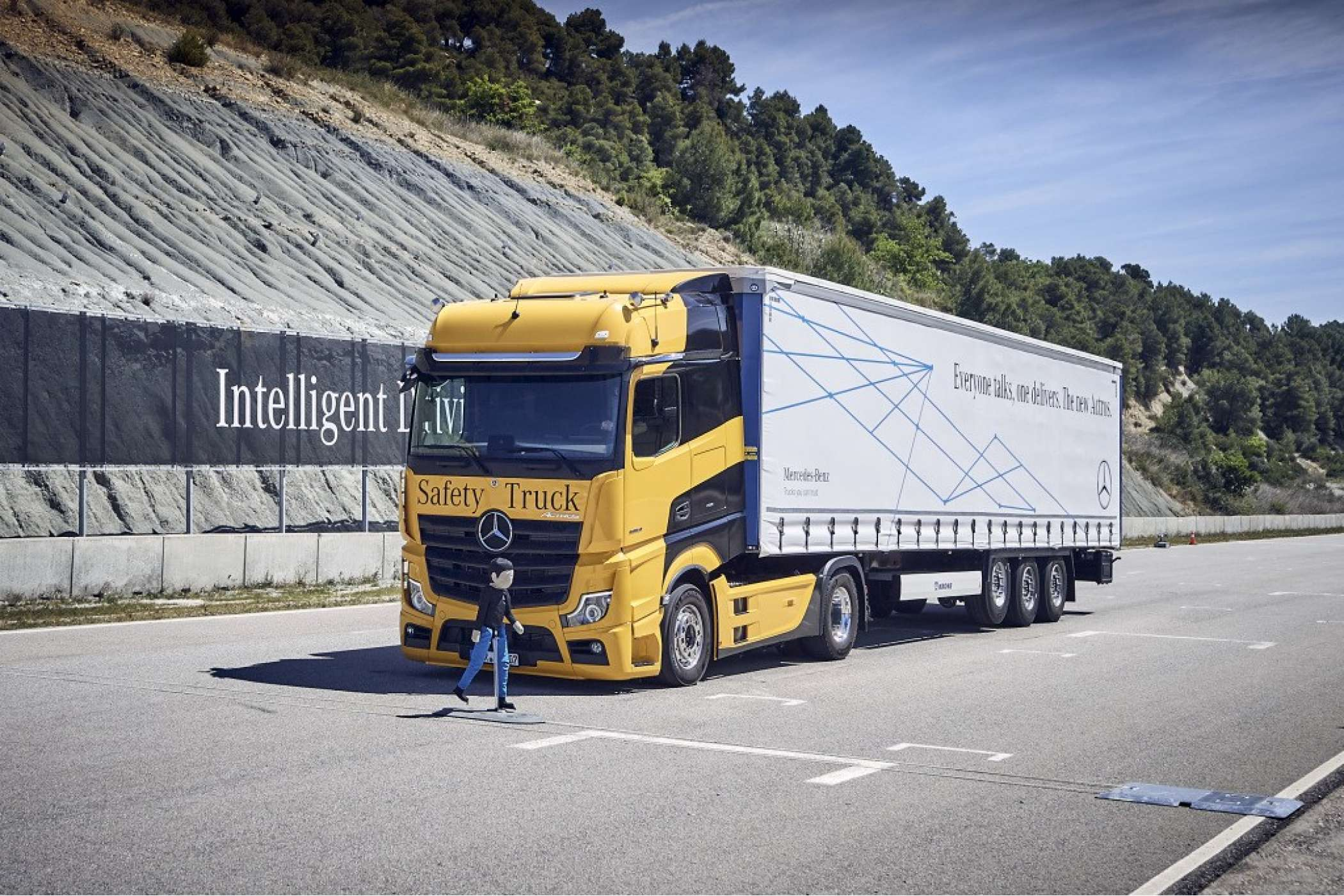 Mercedes-Benz Actros mit Active Brake Assist 5 und Abbiege-Assistent, Active Drive Assist, MirrorCam. | Foto: Daimler AG